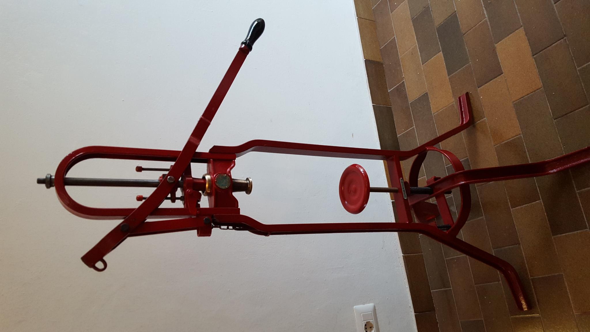 Vecchia imbottigliatrice in ferro